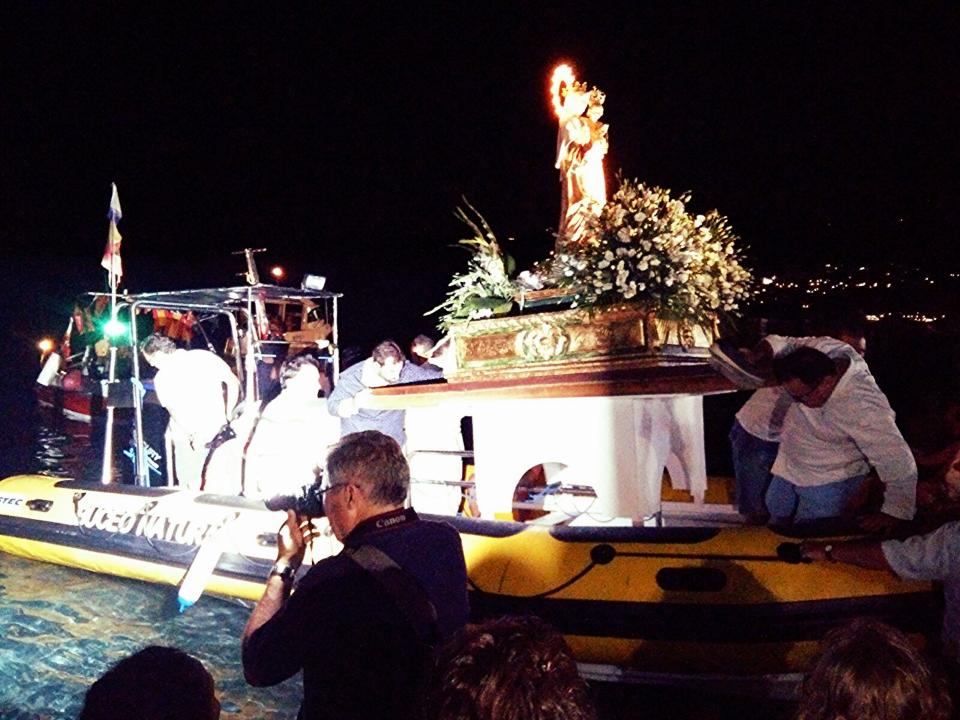 Nuestro Barco Transportando a la Virgen.